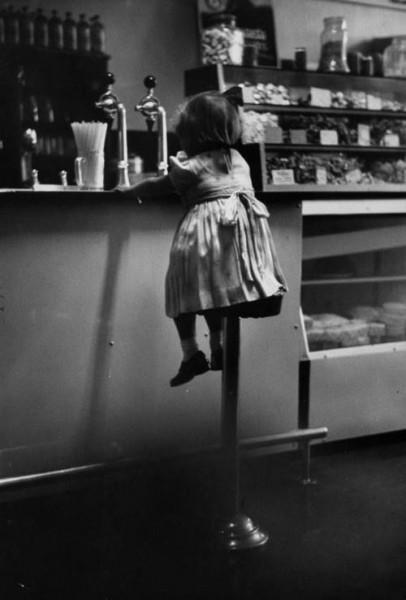 Garota em lanchonete, 1953 by Terence Spencer